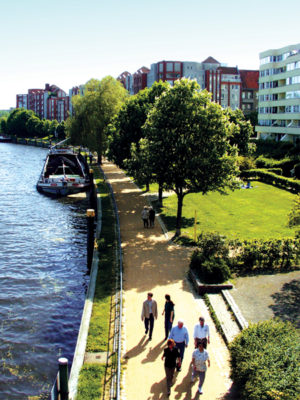 View from the Dischinger Brücke of the Schiffahrtsufer
